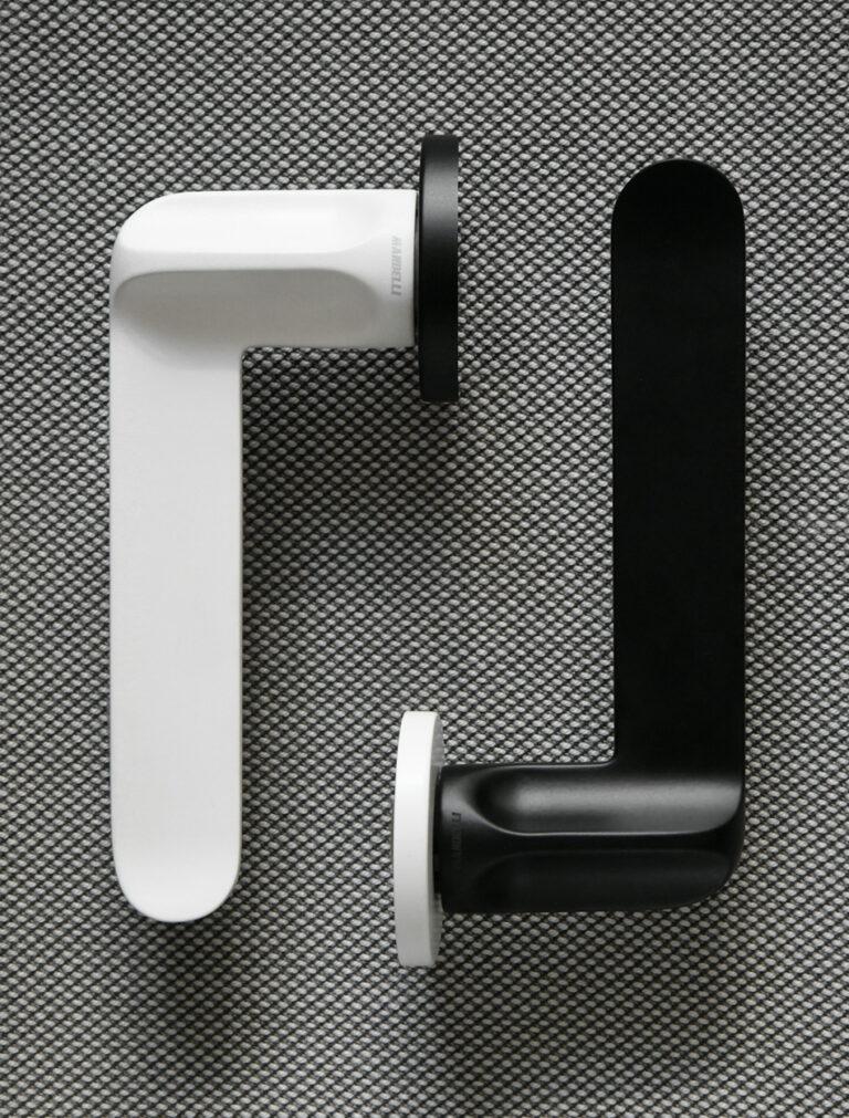 Ritratto della MM80 nelle sue finiture iconiche, bianco e nero.