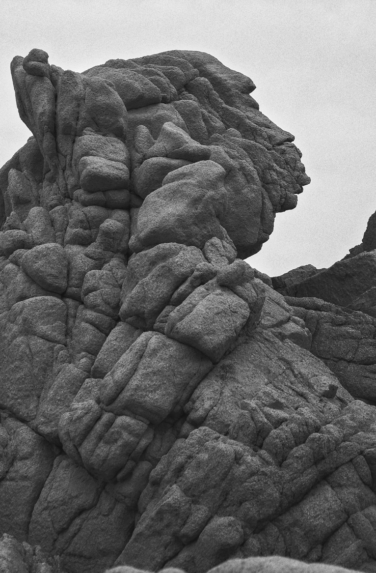 La bellezza del cemento. Copertina emozionale. Roccia in bianco e nero.